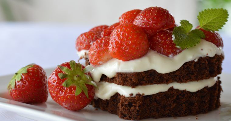 [declaration of my strawberry love] Brownie sandwiches with strawberries and mascarpone